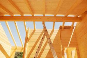 construção de telhado de casa de madeira foto