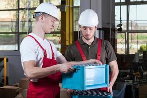 engenheiros durante o trabalho em uma fábrica foto