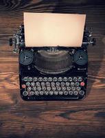 máquina de escrever retrô em pranchas de madeira foto