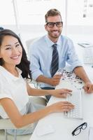 vista lateral de editores de fotos casuais trabalhando no computador