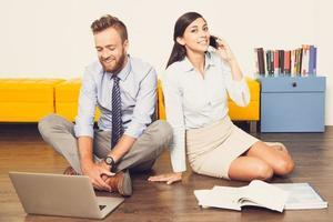 felizes jovens empresários trabalhando em casa foto