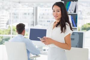 artista feminina de mensagens de texto com o colega no fundo foto