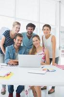 pessoas de negócios casuais usando laptop juntos foto