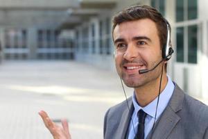 operador de telemarketing isolado no espaço do escritório foto