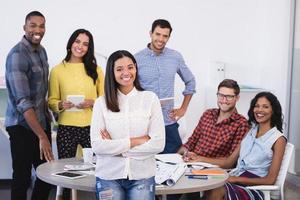 retrato de colegas de trabalho na mesa a sorrir