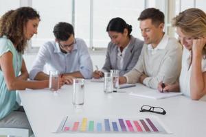 equipe de negócios casuais, tendo uma reunião foto