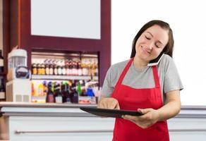 vendedora que trabalha no café foto