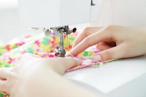 tecido em uma máquina de costura foto
