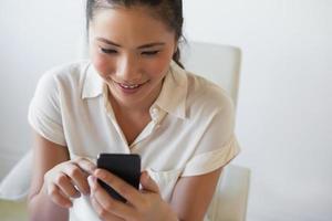mensagens de negócios casual empresária no telefone foto