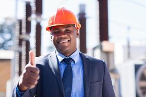 gerente industrial africano com o polegar para cima foto