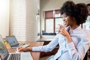 mulher de negócios com uma xícara de café no escritório foto
