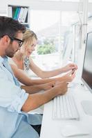 sorrindo casual jovem casal trabalhando no computador foto