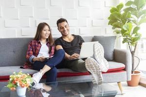 casal usando a internet para trabalhar no laptop na sala de descanso. tecnologia de conexão de rede para toda a vida. foto