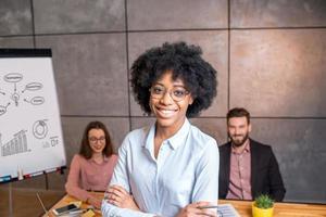 retrato de mulher com colegas de trabalho foto