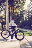 funcionário de escritório sério com rua de passagem de bicicleta foto
