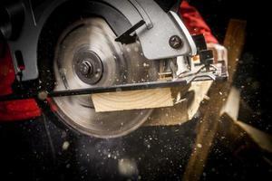carpinteiro com serra circular foto