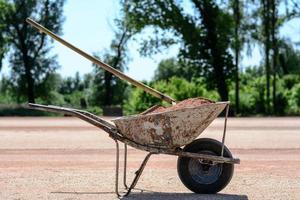 carrinho de argamassa de ferro velho cheio de areia foto