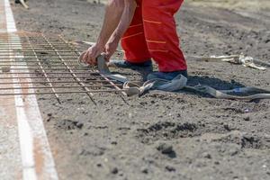 trabalhador da construção civil amarrado cordas foto