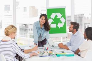 equipe sorridente tendo uma reunião sobre política de reciclagem