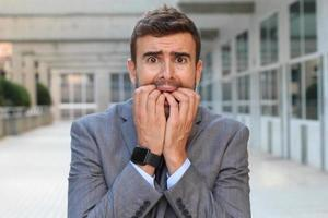 empresário mostrando histeria close-up foto