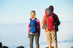 caminhantes, apreciando a vista do topo da montanha foto