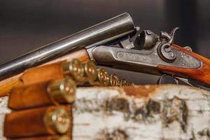 munições e espingarda de caça foto