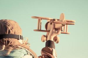 garoto brincando com o avião de brinquedo foto