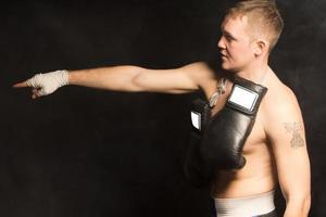 ajuste jovem boxeador em pé apontando foto