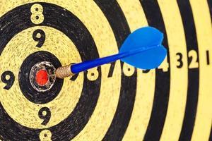 conceito de sorte: sucesso na fotografia atingindo alvo objetivo objetivo dardo azul