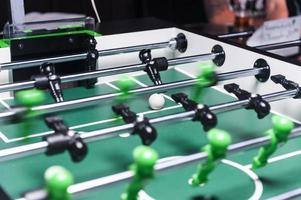 jogo de futebol de mesa no bar foto