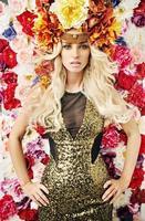 excelente retrato da mulher com chapéu de flor foto