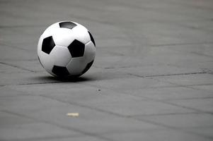 bola de futebol no chão foto