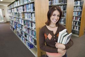 estudante universitário na biblioteca foto