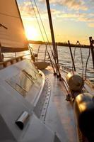 barco a vela ao pôr do sol