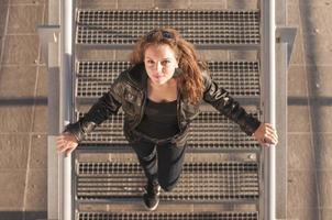 bela jovem sorridente na escada foto