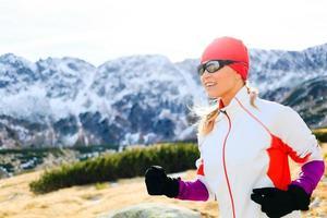 correndo nas montanhas dia ensolarado de inverno foto