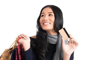 mulher com cartão de crédito foto