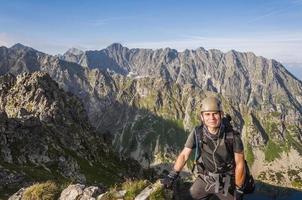 alpinista no capacete