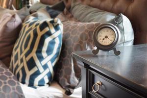 despertador de estilo clássico na mesa de madeira