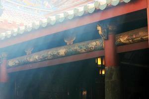 as luzes sob o telhado do templo chinês foto