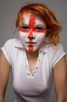 fã de futebol de menina com maquiagem de bandeira inglesa foto