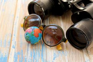 binóculos, óculos de sol e globo