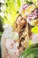 moça bonita com o chapéu florido foto