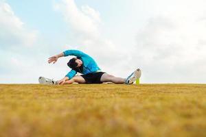 desportista fazendo aquecimento alongamento foto