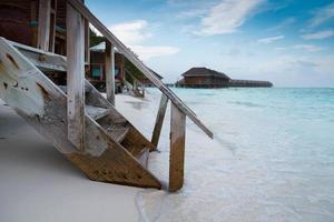 bela praia exótica de uma ilha das Maldivas foto
