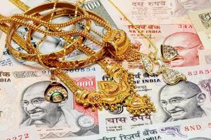 ornamentos de ouro na moeda indiana