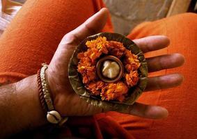 pooja indiano na mão