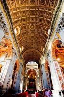 uma visão interna do Vaticano iluminada