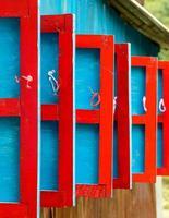 persianas de madeira vermelhas e azuis
