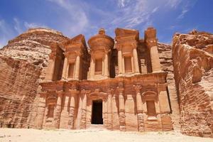 o imponente mosteiro em petra, jordânia